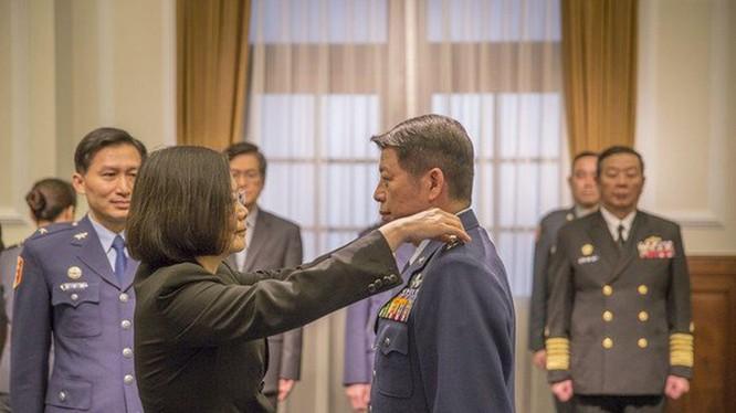 Bà Thái Anh Văn gắn quân hàm cho Trương Triết Bình khi ông ta được bổ nhiệm Tư lệnh Không quân năm 2018 (Ảnh: Dwnews).