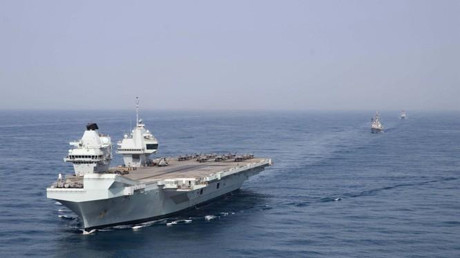 Nhóm tác chiến tàu sân bay HMS Queen Elizabeth của Anh đang hoạt động trên Biển Đông (Ảnh: AP).