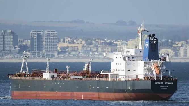 """Tàu chở dầu """"Mercer Street"""" đã bị tấn công đêm 29/7 (Ảnh: AP)"""