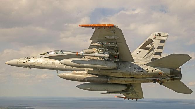 """Máy bay F/A18 """"Super Hornet"""" phóng thử nghiệm thành công tên lửa chống bức xạ tầm xa AARGM-ER (Ảnh: US Navy)."""