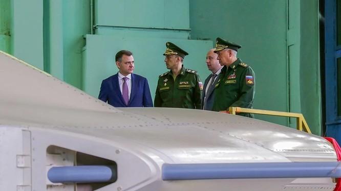 Ông Sergey Shoigu thị sát mẫu S-70 Okhotnik tại nhà máy của Sukhoi (Ảnh: defence).