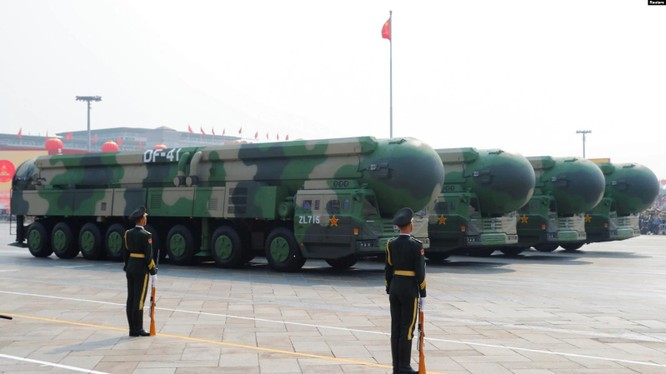 Đội hình các tên lửa liên lục địa mới DF-41 trong cuộc diễu binh ở Thiên An Môn (Ảnh: Reuters).