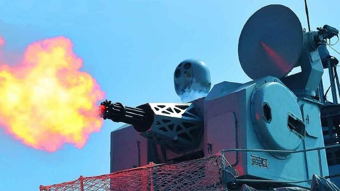 Hệ thống pháo phòng thủ tầm gần 11 nòng 30mm H/PJ-1130 của Trung Quốc đang bắn (Ảnh: sina).