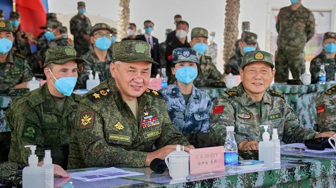 Bộ trưởng Quốc phòng Nga Sergey Shoigu và Bộ trưởng Quốc phòng Trung Quốc Ngụy Phượng Hòa quan sát quân đội hai bên diễn tập (Ảnh: Dwnews).