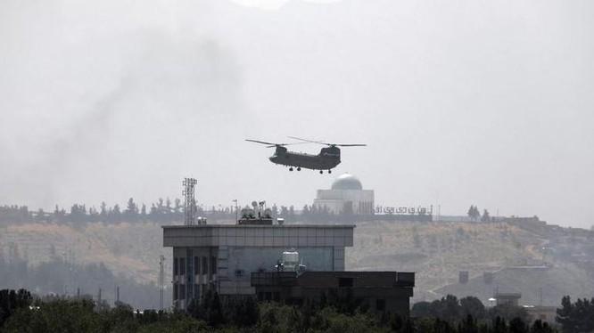 Hình ảnh Sài Gòn tháng 4/1975 đang tái hiện ở Kabul sáng 15/8: trực thăng Chinook đỗ xuống nóc Đại sứ quán Mỹ di tản nhân viên (Ảnh: AP).