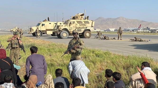 Quân đội Mỹ triển khai ở sân bay Kabul ngăn cản những người Afghanistan tràn vào đường băng, bảo vệ việc triệt thoái kiều dân và những người đã làm việc cho Mỹ (Ảnh: AP)
