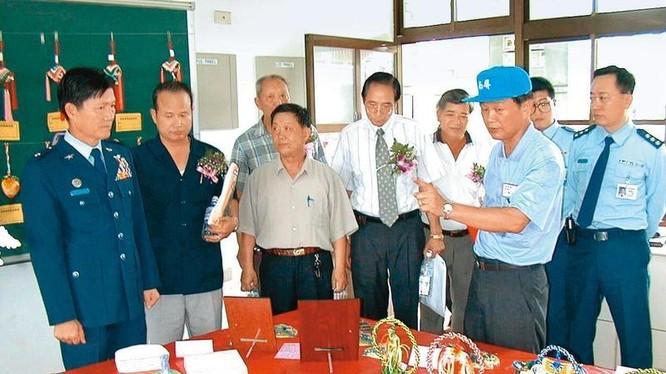 Thiếu tướng Không quân Đài Loan Tiền Diệu Đông (ngoài cùng bên trái) khi còn tại ngũ năm 2000, hiện đang bị điều tra vì làm gián điệp cho Trung Quốc (Ảnh: Mirror Weekly).