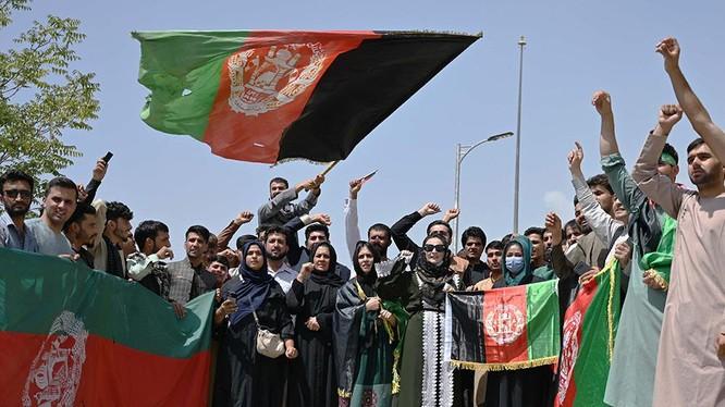 NHững người biểu tình chống Taliban ở Jalalabad mang quốc kỳ của chính quyền vừa bị lật đổ (Ảnh: Ifeng).