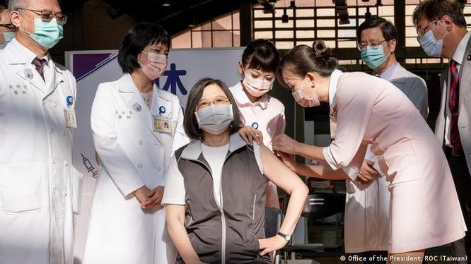 Nhà lãnh đạo Đài Loan Thái Anh Văn đi đầu tiêm vaccine nội địa do Cao Đoan (MVC). (Ảnh: Deutsche Welle).