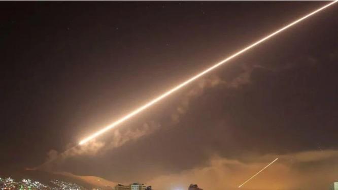 Phòng không Syria phóng tên lửa Muk-M2 đánh chặn tên lửa của Israel (Ảnh: QQ).
