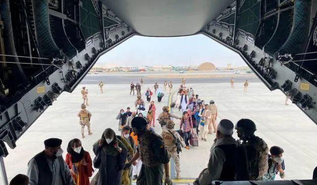 Cacs thành viên đội tuyển bóng đá nữ Afghanistan và người nhà lên máy bay rời khỏi đất nước (Ảnh: AP).