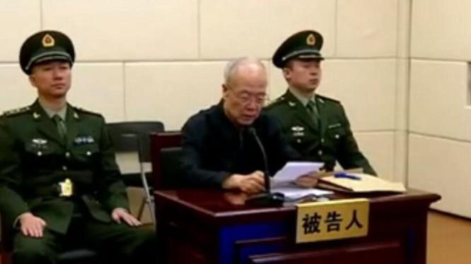 Quách Bá Hùng đọc bản nhận tội trước tòa (Ảnh: Dwnews).