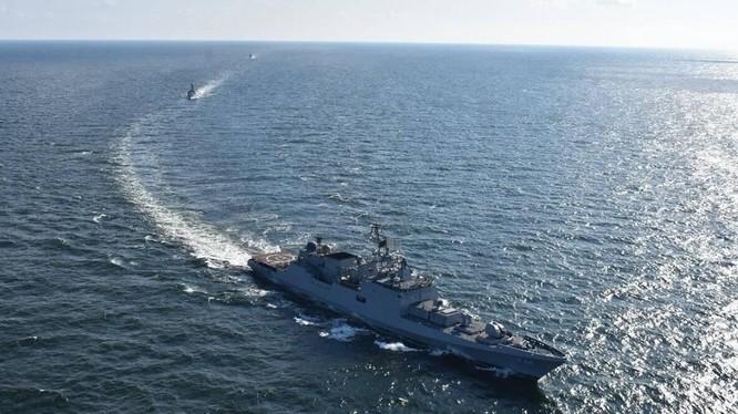 Tàu chiến của 4 nước trong Cơ chế Bộ Tứ tiến hành tập trận Malabar 2021 ở gần Guam (Ảnh: Indian Express)