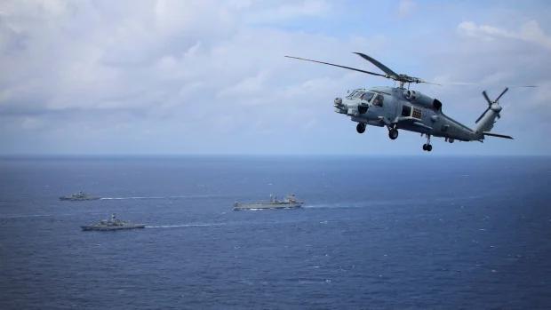Các tàu chiến và trực thăng của Hải quân Australia hoạt động thực hiện tự do hàng hải trên Biển Đông hồi tháng 5/2021 (Ảnh: Financial Review).