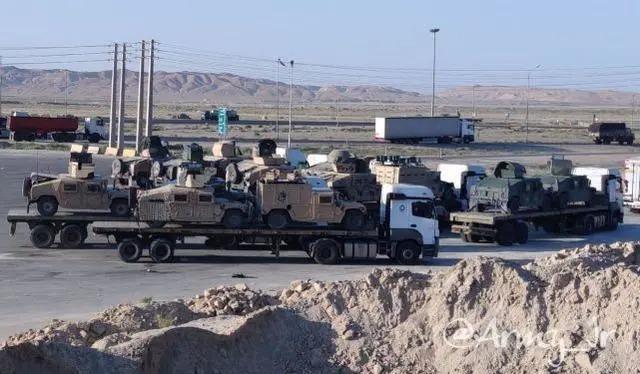Đoàn xe tải chở các xe quân sự của Mỹ trên quốc lộ Iran (Ảnh: Đông Phương).