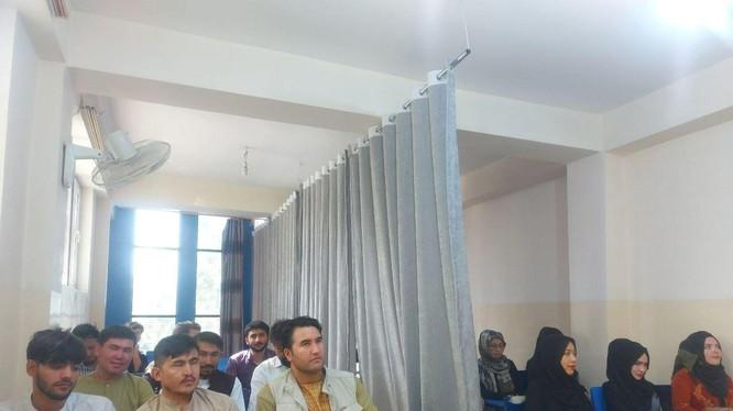 Lớp học tại Đại học Avicenna ở Kabul, nam nữ sinh viên ngồi riêng biệt, có rèm che ở giữa (Ảnh: Dwnews).