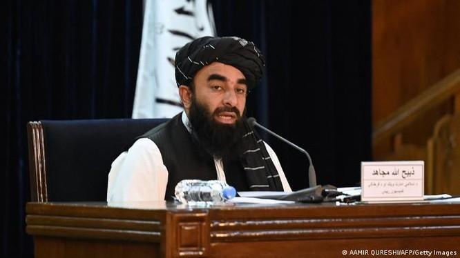 """Ngày 7/9, người phát ngôn Taliban Mujahid hôm 7/9 thông báo danh sách """"chính phủ lâm thời"""" của Afghanistan (Ảnh: Deutsche Welle)."""