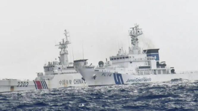 Các tàu Trung Quốc và Nhật Bản quần nhau trên vùng biển quần đảo Senkaku/Điếu Ngư hôm 30/8 (Ảnh: @li_xin).