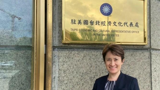 Bà Tiêu Mỹ Cầm, Trưởng Đại diện Văn phòng Kinh tế và văn hóa Đài Bắc tại Mỹ trước tấm biển tại trụ sở (Ảnh: CNA).