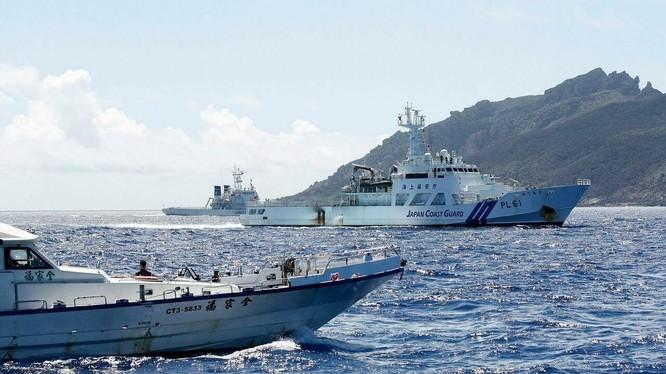 Tàu cảnh sát biển Nhật Bản ngăn cản tàu Trung Quốc tiếp cận đảo Senkaku (Ảnh: Reuters).
