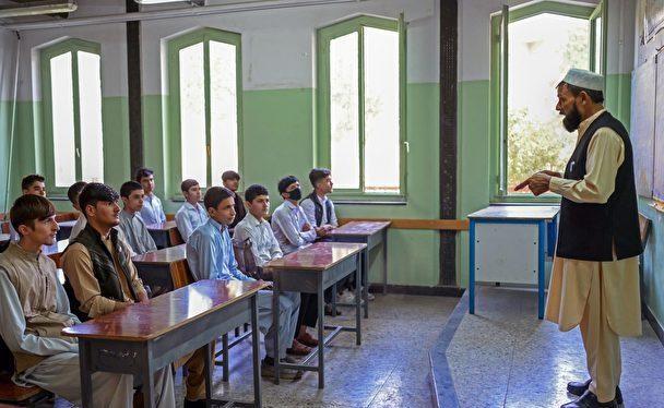 Ngày 18/9, học sinh từ lớp 7 đến 12 ở Afghanistan được đến trường, nhưng chỉ các học sinh nam, nữ không được nhắc đến (Ảnh: Getty).