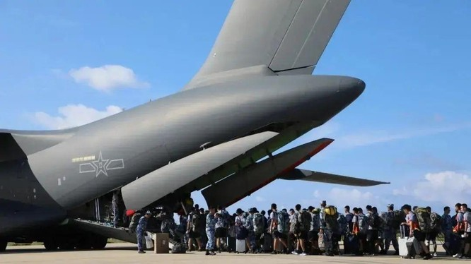 Lính Trung Quốc hết hạn đồn trú trái phép ở Trường Sa lên Y-20 về đất liền (Ảnh: Sina).