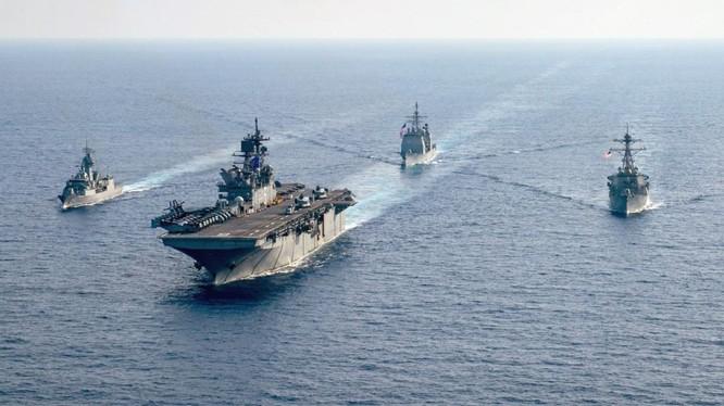 Tàu khu trục Australia HMAS Parramatta (trái) tập trận chung với tàu đổ bộ USS America và các tàu khu trục USS Bunker Hill, USS Barry của Mỹ trên Biển Đông, tháng 4/2020 (Ảnh: Reuters).