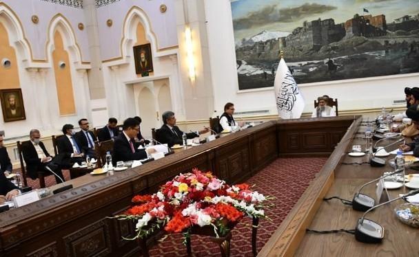 Đặc phái viên Trung Quốc, Nga và Pakistan (bên trái) gặp gỡ Quyền Thủ tướng Taliban Hasan Akhund (giữa) và các quan chức chính quyền Taliban (Ảnh: Đông Phương)