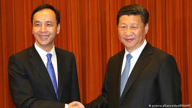 Ông Tập Cận Bình tiếp ông Chu Lập Luân ngày 4/5/2015 thăm Bắc Kinh với tư cách Chủ tịch Quốc dân Đảng Trung Quốc (Ảnh: EPA).