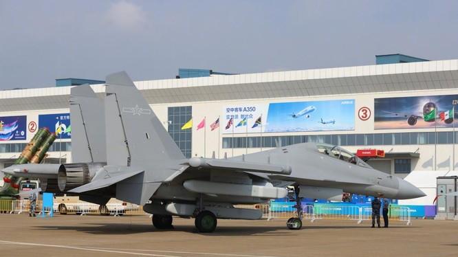 Chiếc J-16D được trưng bày trong trạng thái tĩnh tại Triển lãm Hàng không Chu Hải (Ảnh: QQ)