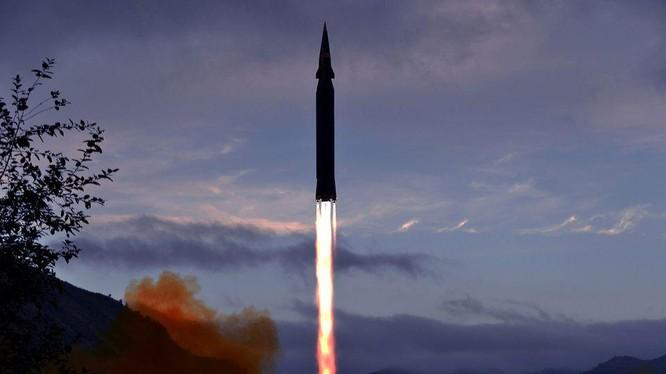 Hình ảnh về vụ phóng tên lửa siêu thanh Hwasong-8 hôm 28/9 (Ảnh: KCNA)