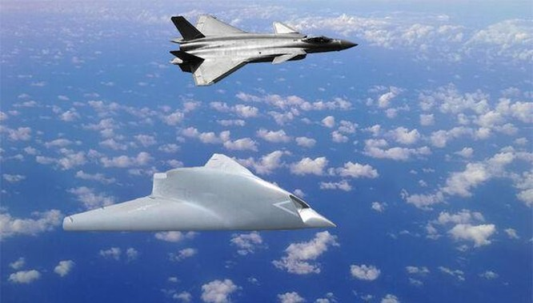 UAV tấn công GJ-11 (dưới) thử nghiệm phối hợp với tiêm kích J-20 (Ảnh: QQ).