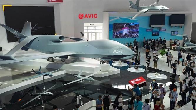 Máy bay không người lái WZ-7 lần đầu tiên trưng bày tĩnh tại Triển lãm Chu Hải được đặc biệt quan tâm (Ảnh: Xinhua)