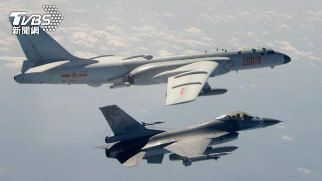 Tiêm kích F-16 của Đài Loan bay giám sát và xua đuổi máy bay ném bom H-6 của Trung Quốc (Ảnh: TVBS).