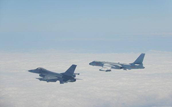 Máy bay tiêm kích F-16 của Đài Loan bay giám sát và xua đuổi máy bay ném bom H-6 của PLA (Ảnh: UDN).