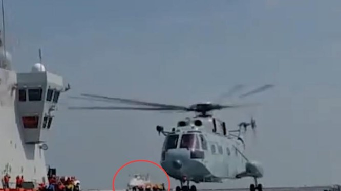 Hình ảnh chiếc trực thăng không người lái bí ẩn trên tàu đổ bộ tấn công Type 075 Hải Nam (Ảnh: 163).