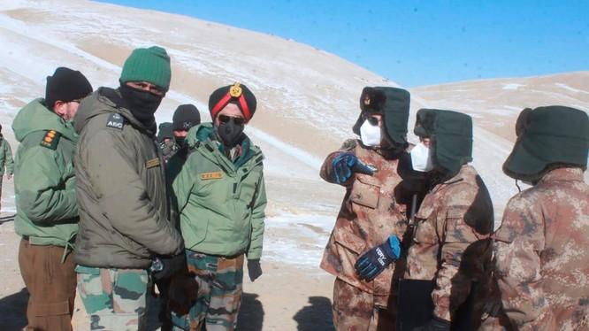 Lính Ấn Độ (trái) và Trung Quốc ở biên giới Ladakh tranh cãi về khu vực tranh chấp (Ảnh: Dwnews).
