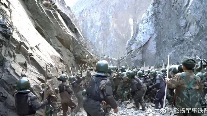 Hình ảnh lính Trung Quốc và lính Ấn Độ hỗn chiến năm 2020 mới được đăng tải trên mạng xã hội Trung Quốc (Ảnh: Dwnews).