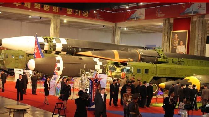 """Gian trưng bày các loại tên lửa mới tại Triển lãm """"Tự vệ - 2021"""" của Triều Tiên (Ảnh: KCNA)."""