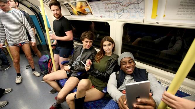 """""""Không quần đi tàu điện ngầm"""" là sự kiện tổ chức vào tháng 1 hàng năm tại nhiều thành phố trên thế giới. Nguồn: Telegraph"""