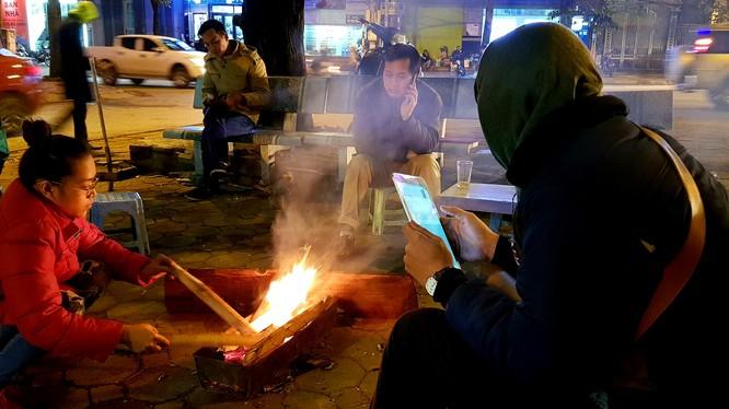 Nhóm lửa là một cách để các tiểu thưởng kinh doanh trên vỉa hè sưởi ấm.
