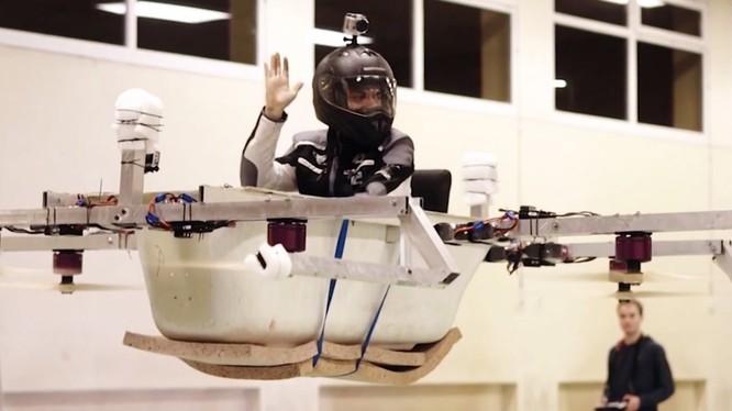 Ứng dụng công nghệ chế tạo drone, anh em Mickenbecker có thể khiến chiếc bồn tắm bay cao tới gần 30 mét. Nguồn: Business Insider