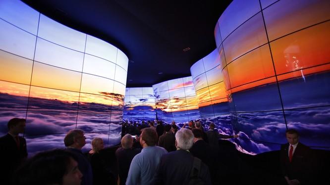 Mẫu TV dẻo của LG thu thút rất nhiều sự chú ý của khách thăm quan tại CES 2018 vừa qua. Nguồn: Digital Trends