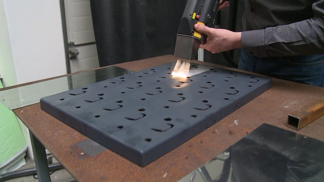 Cỗ máy làm sạch gỉ sét và bụi bẩn bằng laser dùng trong công nghiệp. Nguôn: Insider