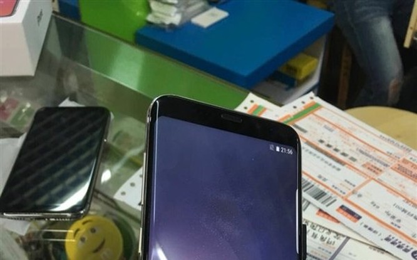 Mặt trước của của một phiên bản Galaxy S9 giả mạo sản xuất bởi một công ty Trung Quốc. Nguồn: Gizmochina