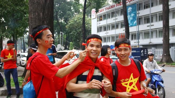Các cổ động viên luôn hết mình để tiếp sức cho các tuyển thủ U-23 Việt Nam