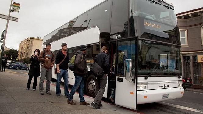 Nhiều chuyến xe buýt chuyên chở nhân viên Apple và Google đi làm đã trở thành nạn nhân của vụ xả súng. Nguồn: PatentlyApple