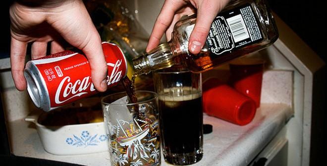 Trong lịch sử 126 năm của Coca-Cola, đây là lần đầu tiên hãng dự định ra mắt một loại thức uống có cồn. Popsugar