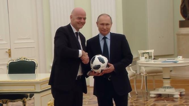 Tổng phống Putin chụp ảnh kỷ niệm cùng Chủ tịch FIFA, Gianni Infantino tại điện Kremlin.