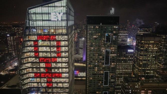 Biểu tượng nữ giới khổng lồ tại thành phố Toronta, Canada đêm 8/3. Nguồn: Daily Hive